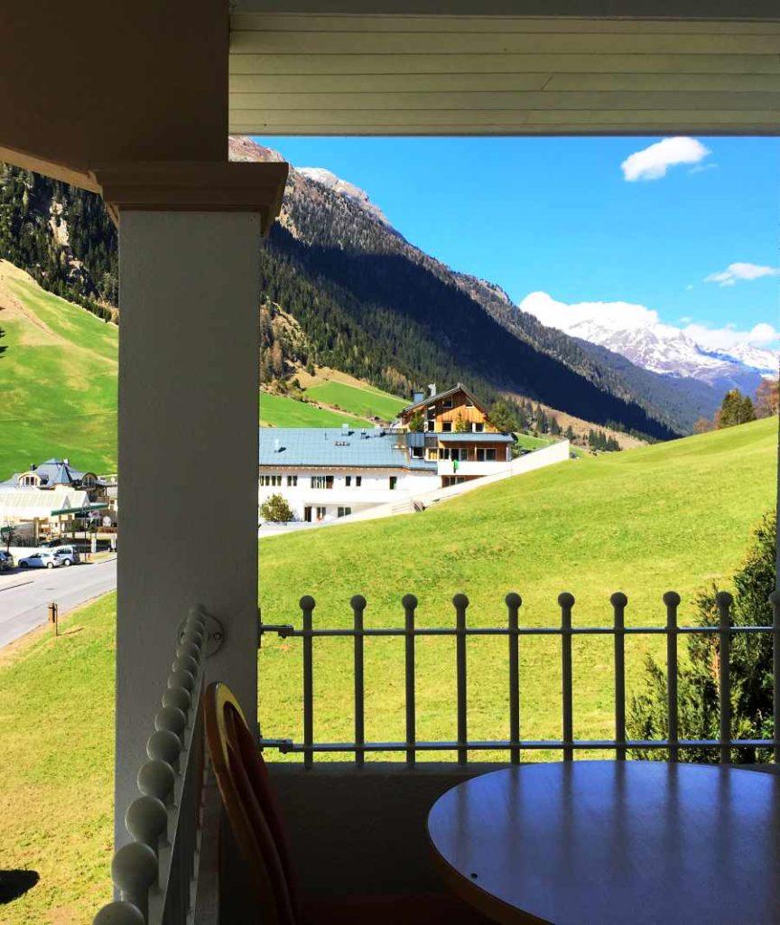 Blick vom Hotel zu den Bergen in Ischgl
