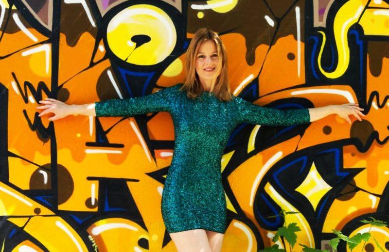 Graffiti und grünes Paillettenkleid