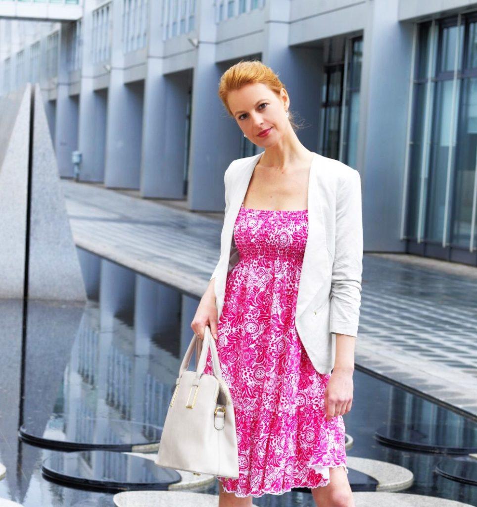Ein Kleid in Pink kombiniert mit einem hellen Blazer