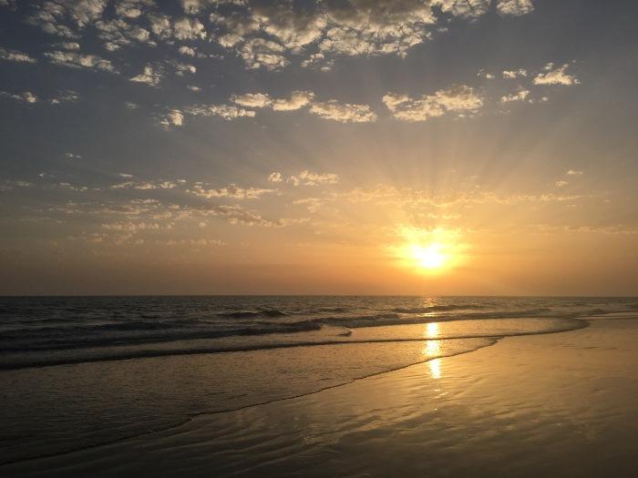 In Andalusien. Ein wunderschöner, farbenfroher Sonnenuntergang am Meer.