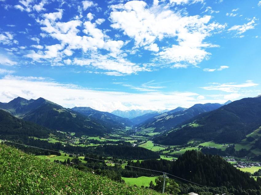 Kitzbühl, Blick ins Tal bei herrlichem Sommerwetter