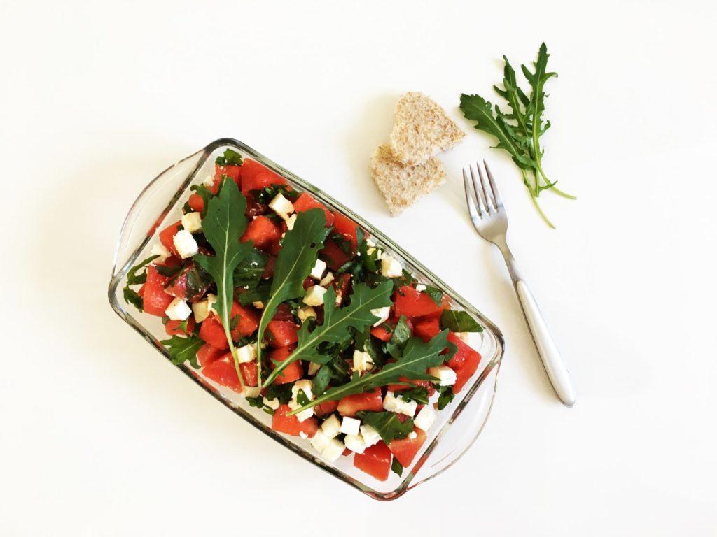 Salat mit Wassermelone, Rucola und Schafskäse