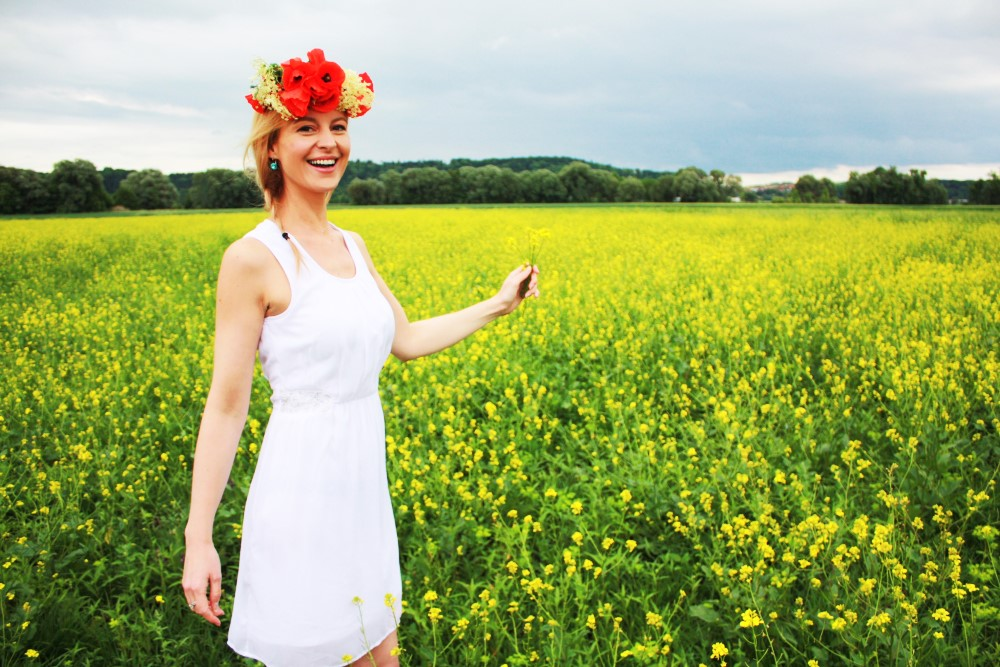 Sommerliches Kleid in weiß und ein Blumenkranz mit Mohn