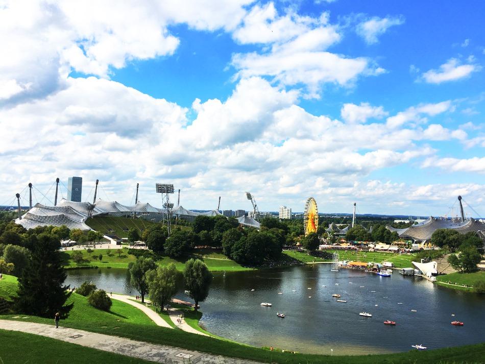 Olympiapark in München. Blick auf den See