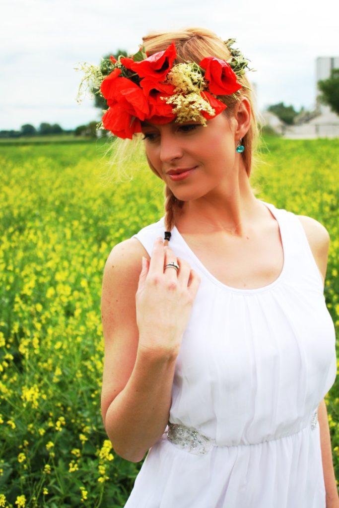 Sommerkleid in weiß und ein Blumenkranz mit Mohn im Haar