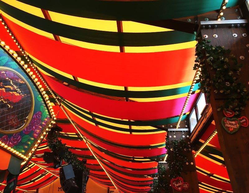 Marstall - Blick nach oben, jedes Zelt hat seine typischen Farben