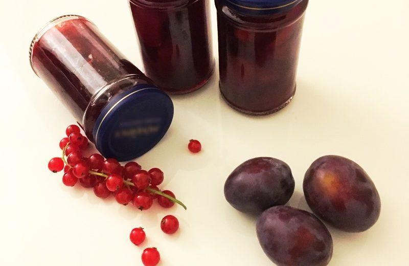Eingelegte Rotweinzwetschgen im Glas
