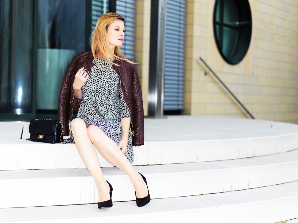 Kleid in A-Linie kombiniert mit Lederjacke und Lederhandtasche