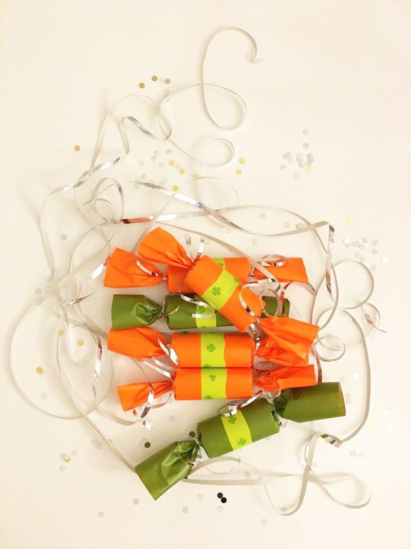 Silvester - Knallbonbons DIY in knalligen Farben als Mitbringsel