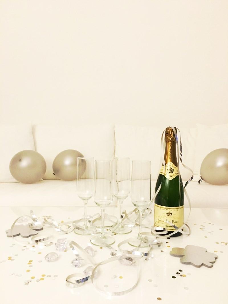 Silvesterdeko: Champagner, Glitter und Luftballons