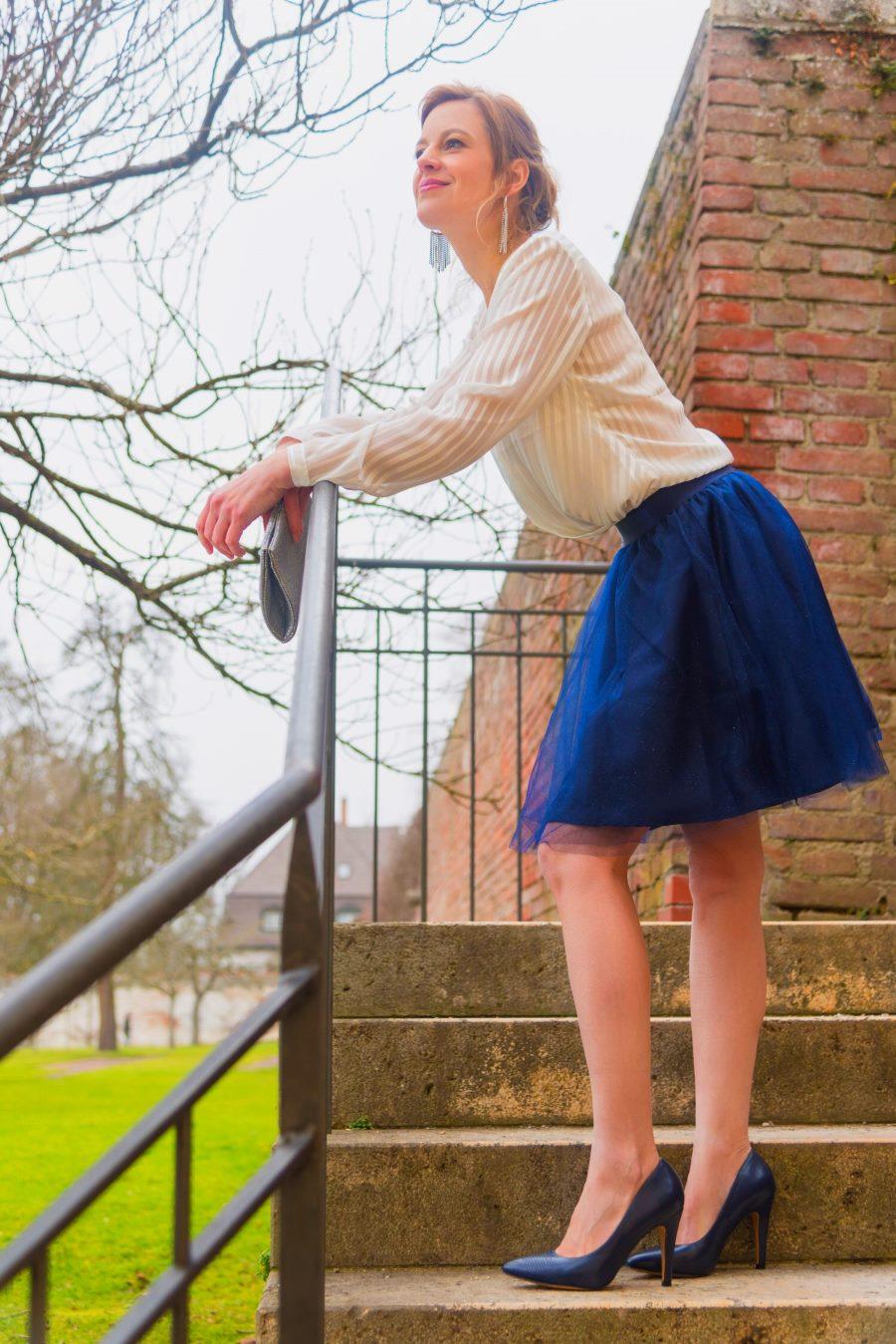 Tolles Outfit, ein blauer Tüllrock mit weißer Bluse