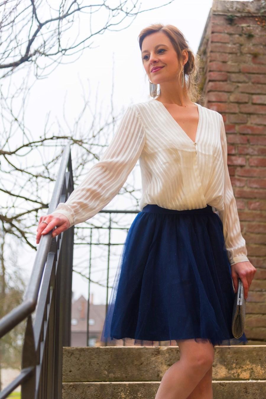 Outfit bestehend aus blauem Tüllrock und weißer Bluse