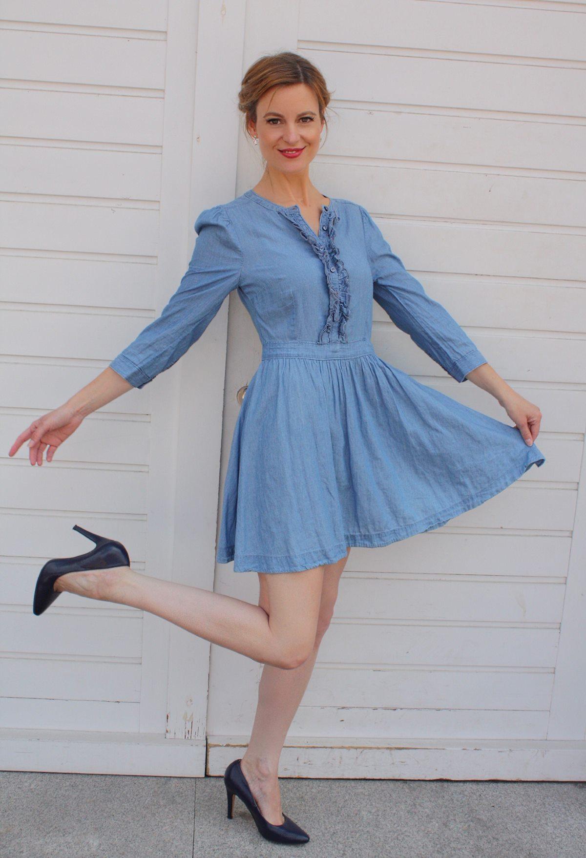 Blaues Kleid mit Rüschen und schwarze Pumps