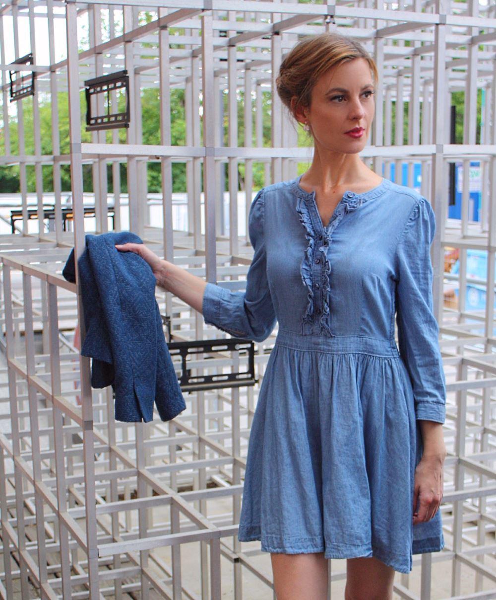 Blaues Kleid mit Rüschen und Blazer