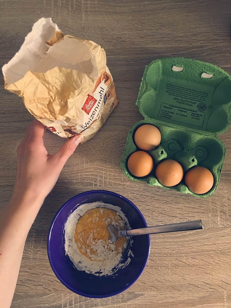 Mehlkösschen für die Fruchsuppe zubereiten