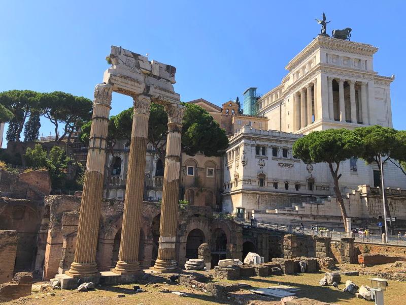 Forum Romanum und im Hintergrund das Monumento Vittorio Emanuele II